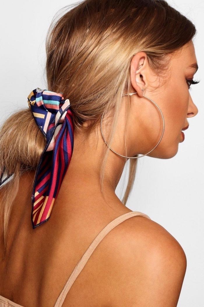 exemple de coiffure bohème chic en chignon bas décoiffée avec accessoire, modèle foulard femme soie pour cheveux