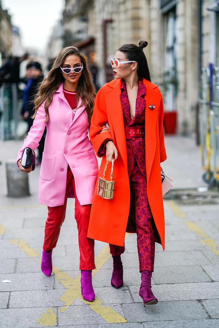 deux filles modernes, manteau rose et manteau rouge néon, combinaison longue motifs floraux