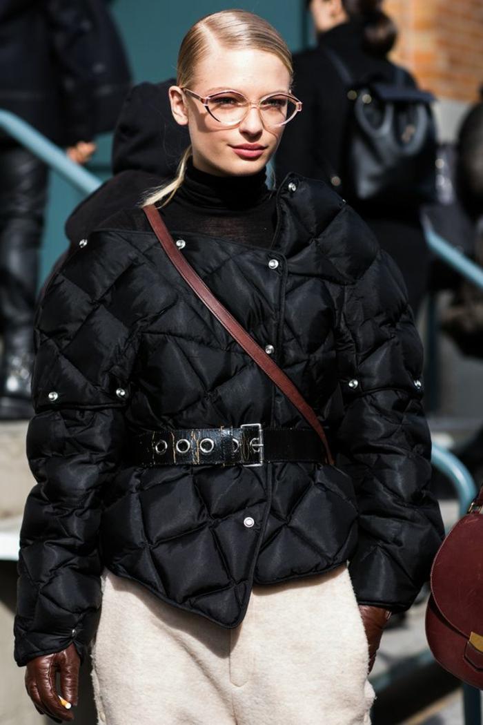 doudoune femme chaude couleur noire, sac épaule, pantalon moelleux couleur crème, gants en cuir marron