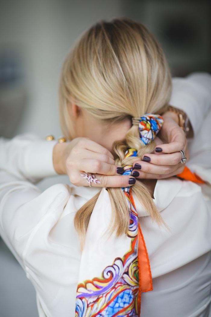 comment attacher un foulard cheveux, modèle de coiffure originale aux cheveux en tresse avec accessoire foulard multicolore