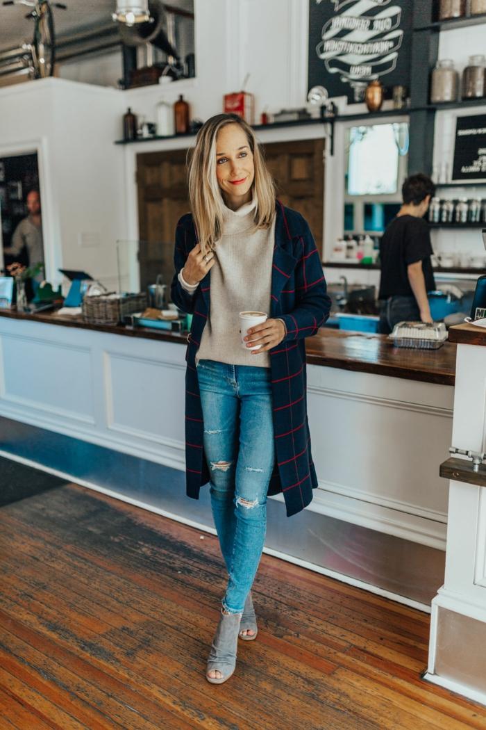 Tenue boheme chic vetement boheme, mode hiver 2018 2019 style hippie chic, femme qui prend son café, gilet longue et pull col haut, jean déchiré