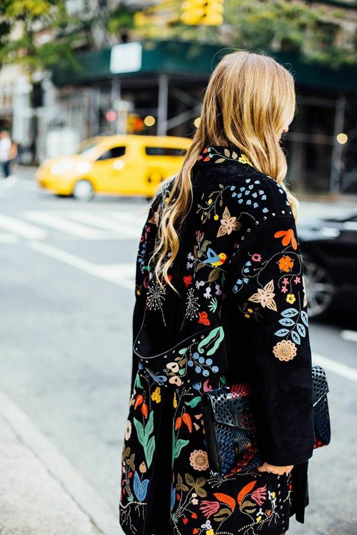Photo de manteau excentrique, coloré manteau fleurie, femme look bohème chic inspiration, le style new yorkais