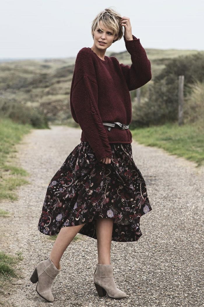 Pull oversize hiver, porter une robe d'été avec un pull taille maille, femme look bohème chic, ootd image photo femme