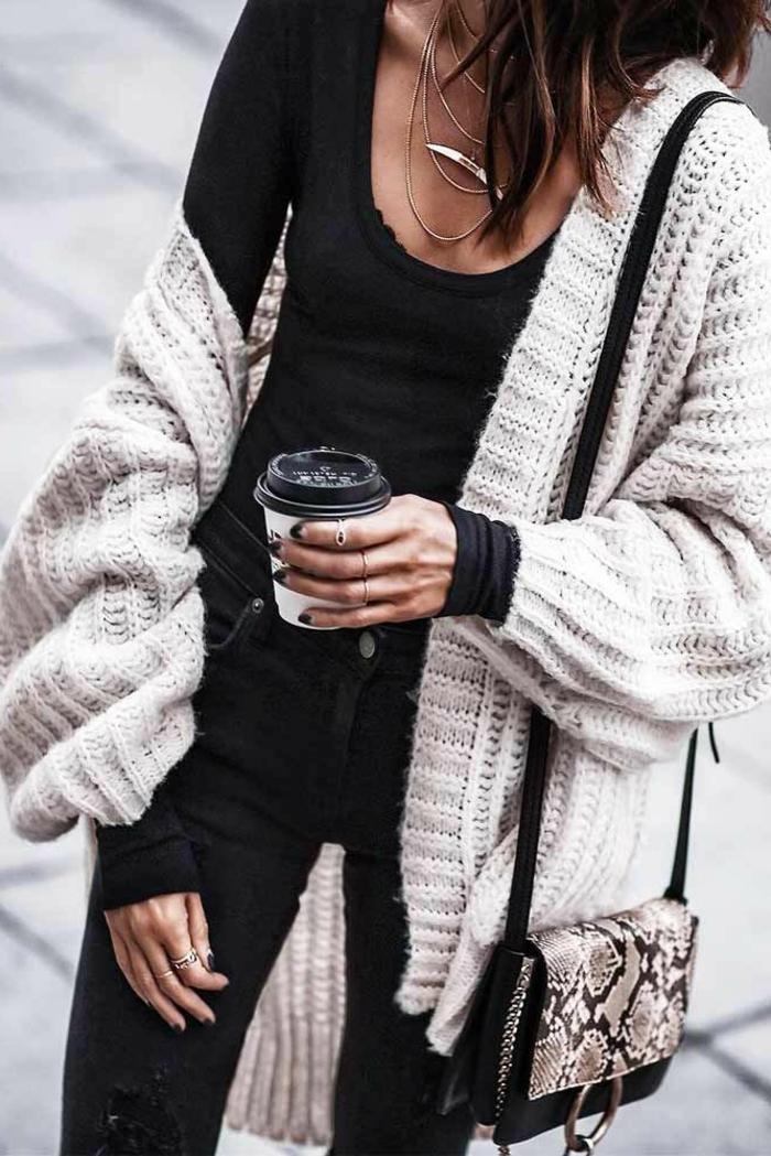 Pull chaud femme tenue hippie chic hiver femme moderne effortless look, grosse gilet en maille, tenue décontracté chic avec jean et blouse noir