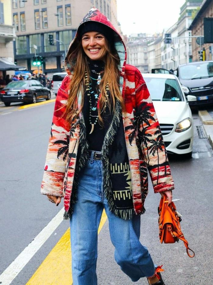 Look bohème chic, comment s habiller en hiver tenue chic sans effort, manteau hippie et gilet bohème associés avec jean et tee shirt noir, belle femme avec grande sourire