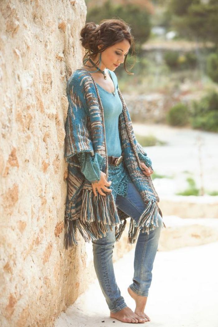 Belle fille qui porte une gilet style hippie chic et jean à pied nue, style boheme chic, look bohème chic, style vestimentaire femme