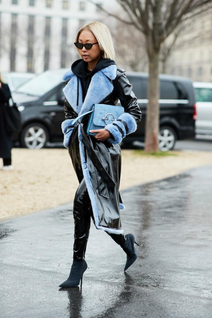 pantalon noir en cuir, manteau bleu, imperméable long avec ceinture, sac bleu en velours, escarpins