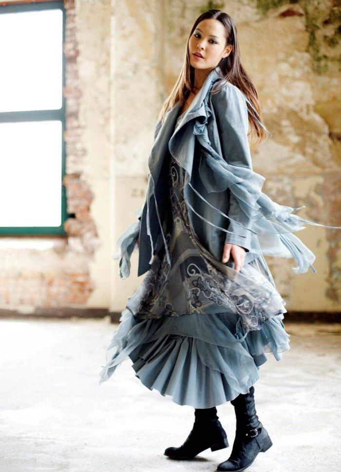 Jupe boheme comment s habiller en hiver pour avoir ni trop chaud ni trop froid, belle robe longue associé avec un manteau mi longue à meme couleur