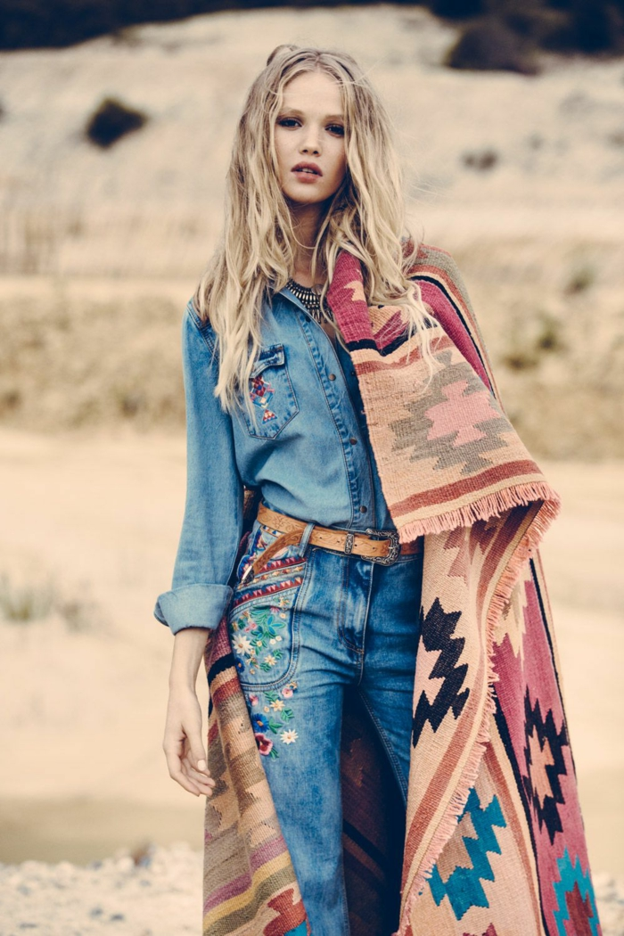 Tenue hippie chic, look bohème chic, robe bohème chic moderne, femme tenue en jean avec motifs tribales, grande echarpe manteau comme tapis