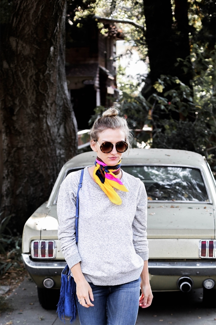 noeud echarpe facile autour du cou, idée tenue casual chic avec accessoire original, modèle de foulard soie multicolore