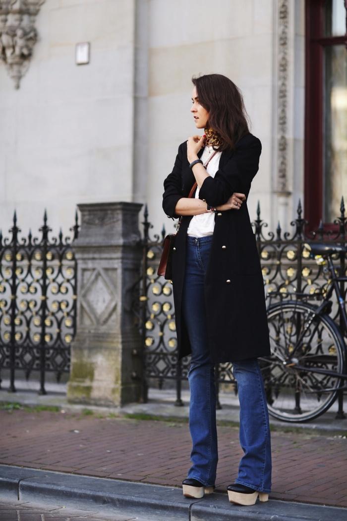 quelles couleurs associer mode femme, idée comment porter une écharpe ou un foulard autour du cou, modèle manteau long noir femme