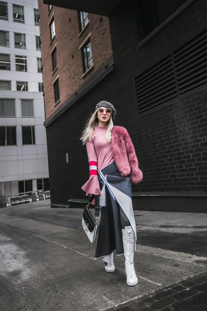 femme moderne au bonnet gris, blouse rose, rayés en rouge et blanc aux manches, manteau rose moelleux