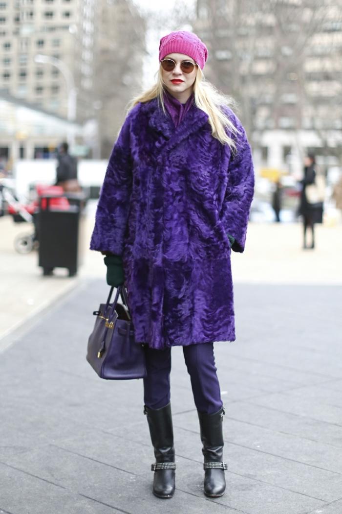 outfit d'hiver, bonnet rose, lunettes rondes, sac bleu, bottes longues, manteau fausse fourrure lilas