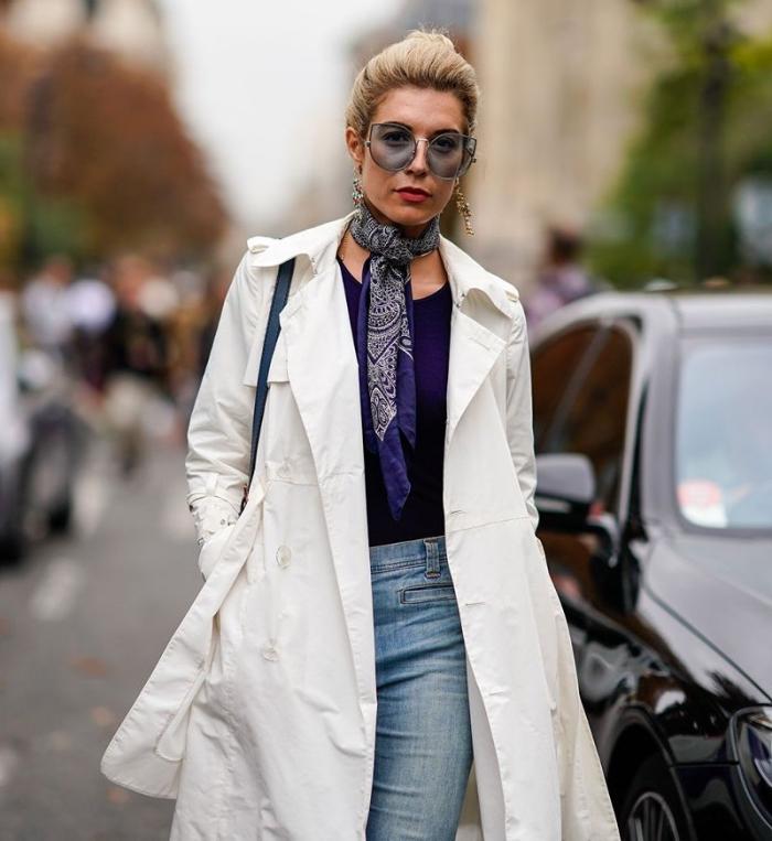 quels accessoires femme tendance, look casual chic en jeans et manteau long avec lunettes de soleil grosses et foulard
