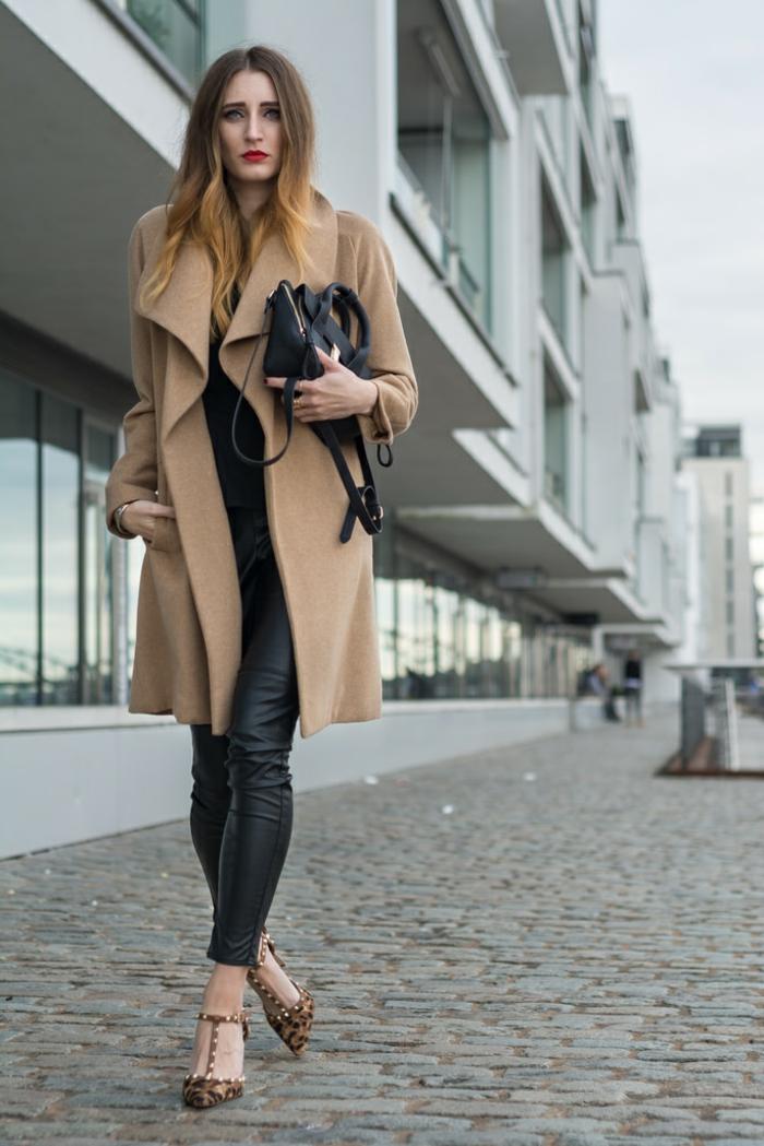 manteau camel femme, pantalon noir en cuir, manteau beige, sandales escarpins aux motifs animaux