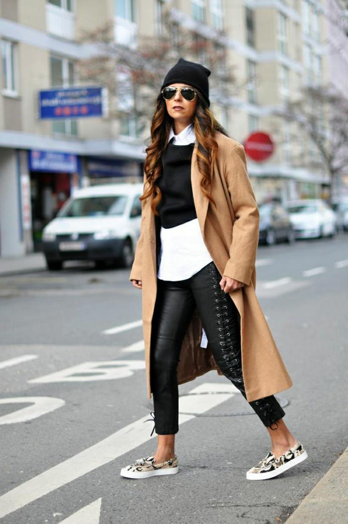 comment porter son manteau long, jeans longs, chemise blanche, filet noir court, longue veste camel