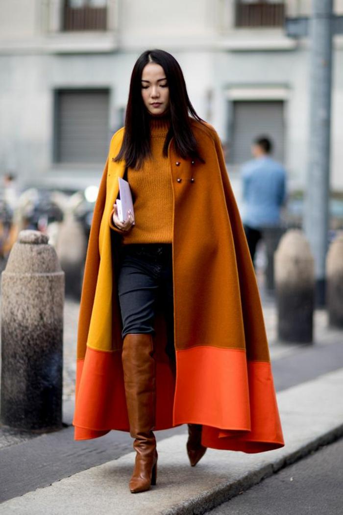 manteau cape tricolore,cuissardes en velours, pull moutarde, jeans bleus, manteau cape long