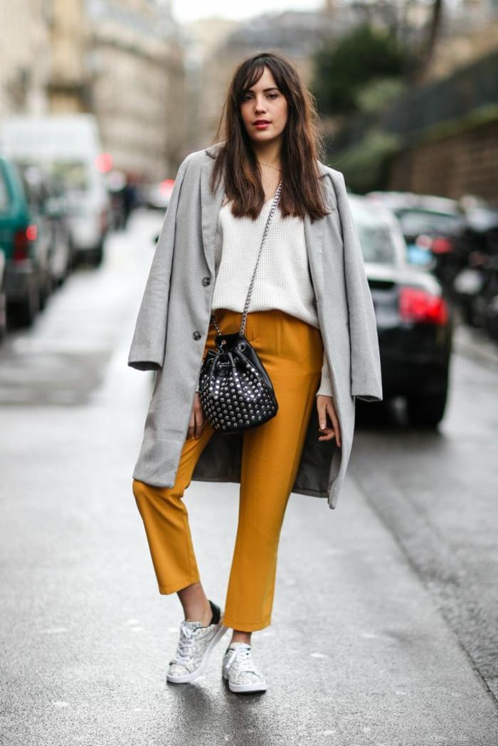 pantalon jaune, manteau gris, blouse blanche, sac trousse, bandoulière chaîne, sneakers blancs