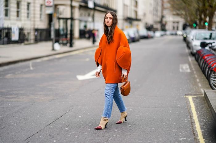 escarpins bicolores, jeans bleus, manteau cocon orange, sac couleur cognac, manches originales