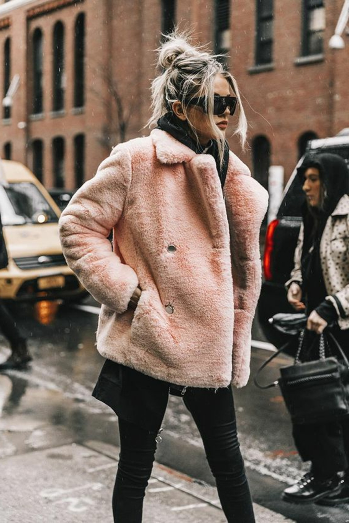 manteau rose court, pantalon noir, lunettes oversize, chignon messy haut, cheveux blonds