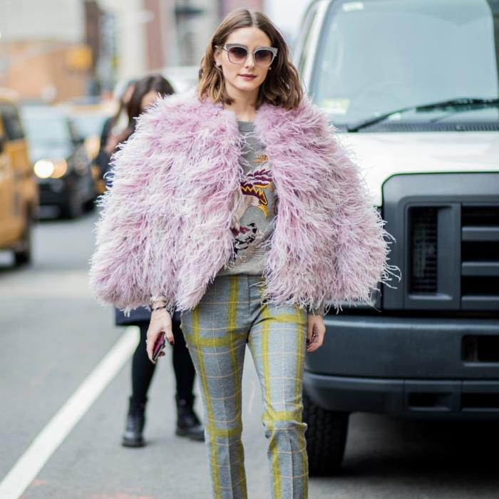 Olivia Palermo, pantalon gris carré, blouse grise aux applications, manteau poilu lilas, lunettes au cadre gris