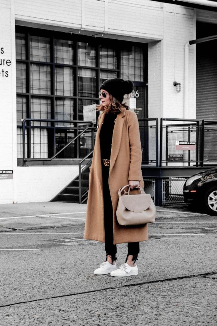long manteau d'hiver, sac en cuir lisse couleur neutre, sneakers blancs, bonnet d'hiver