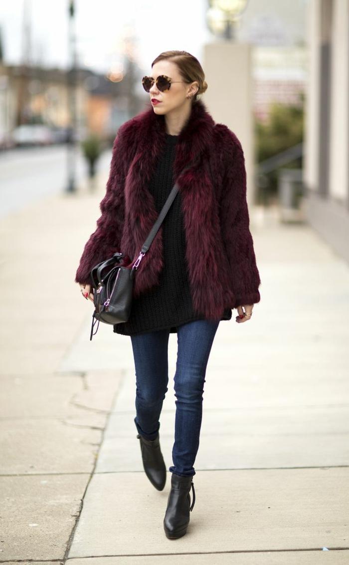femme dans la cité, sac bandoulière noir, jeans skinny, bottes noires, manteau poilu burgundy