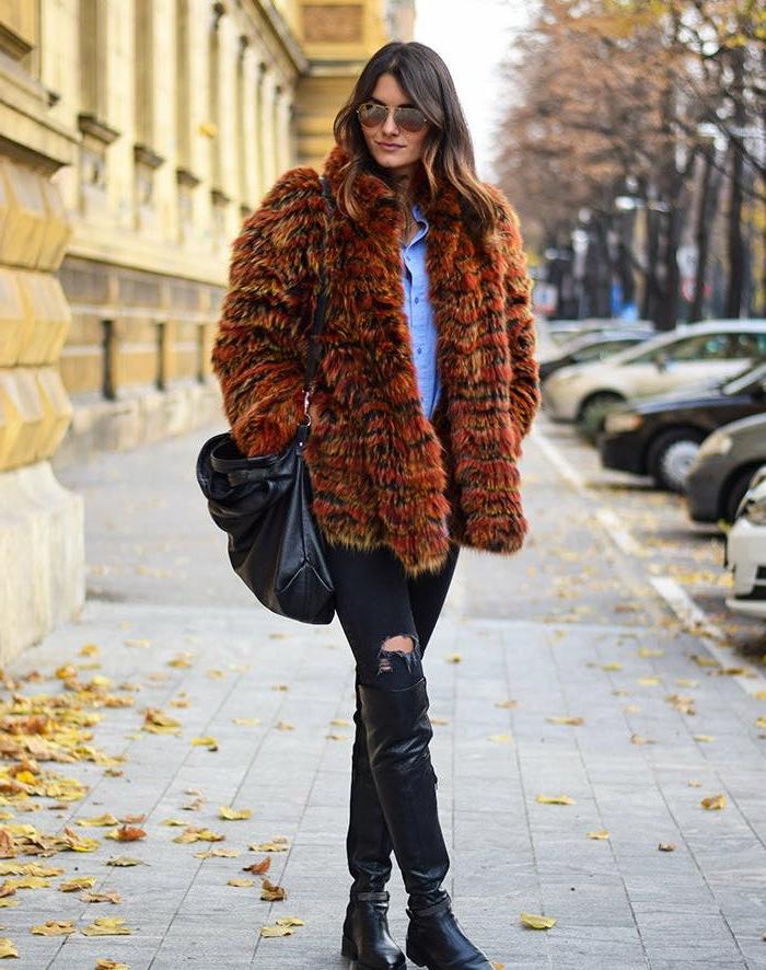 manteau court, chemise denim femme, sac en cuir, cuissardes noires, jeans déchirés