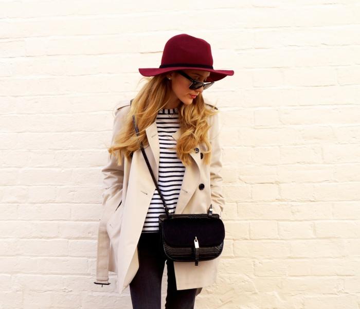 manteau couleur crème, petit sac noir, blouse rayures, chapeau feutre rouge, jeans bleus