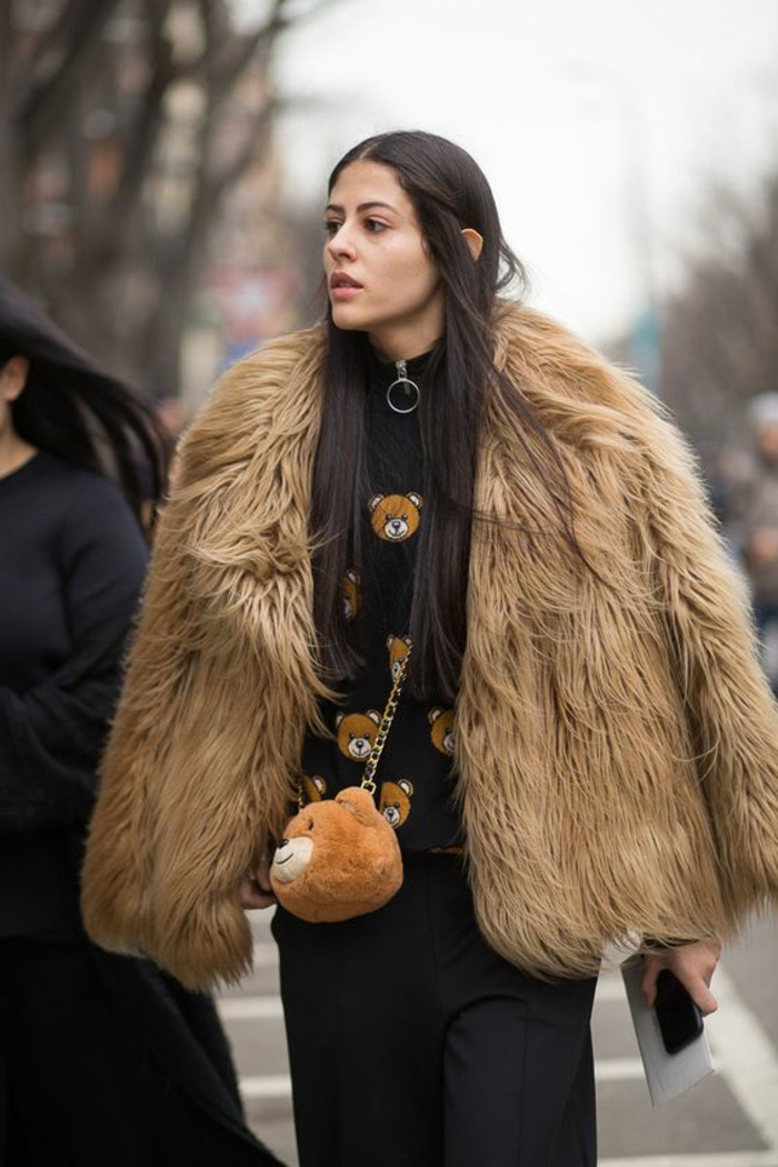 manteau poilu, sac ourson en peluche, blouse noire aux ours en peluche appliqués, pantalon classique