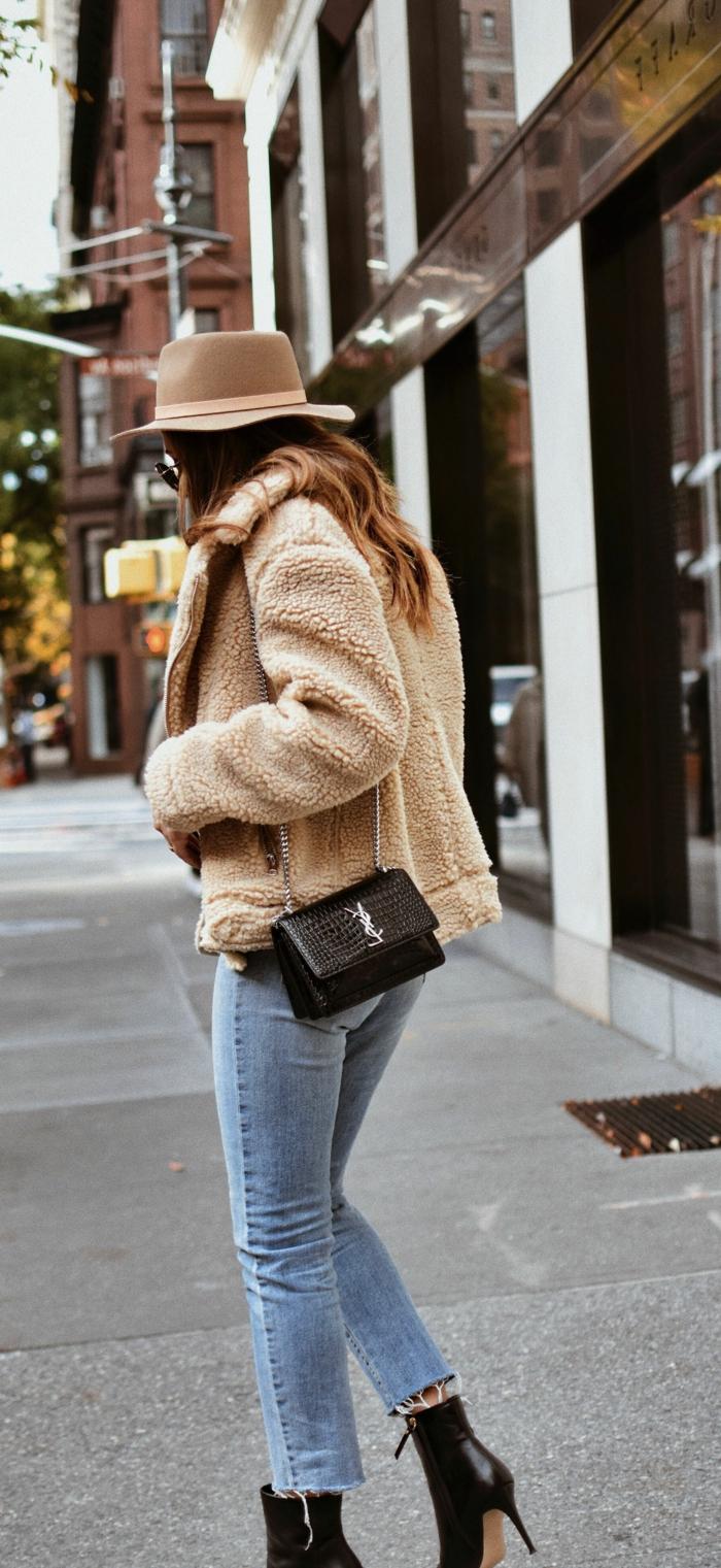 manteau beige, petit sac noir, jeans bleus, chapeau feutre, style d'hiver femme, bottes aux hauts talons