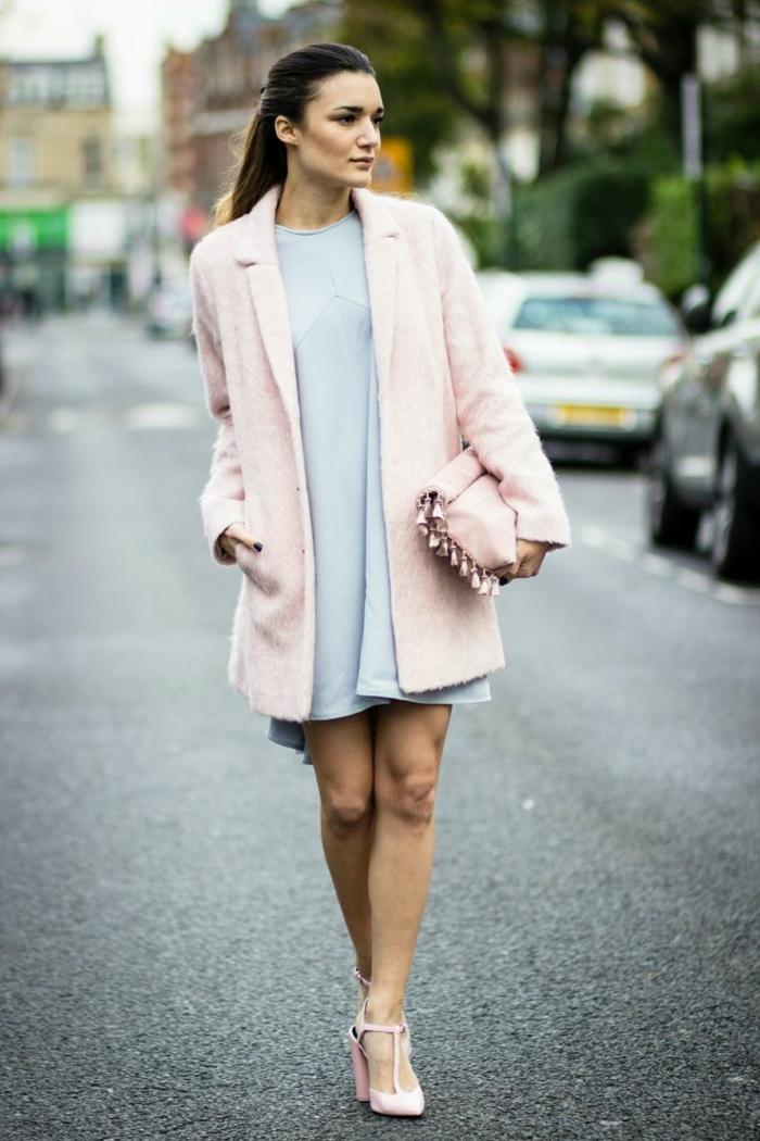 robe bleue, sac rose aux franges, escarpins roses, longs cheveux, femme qui marche dans la rue
