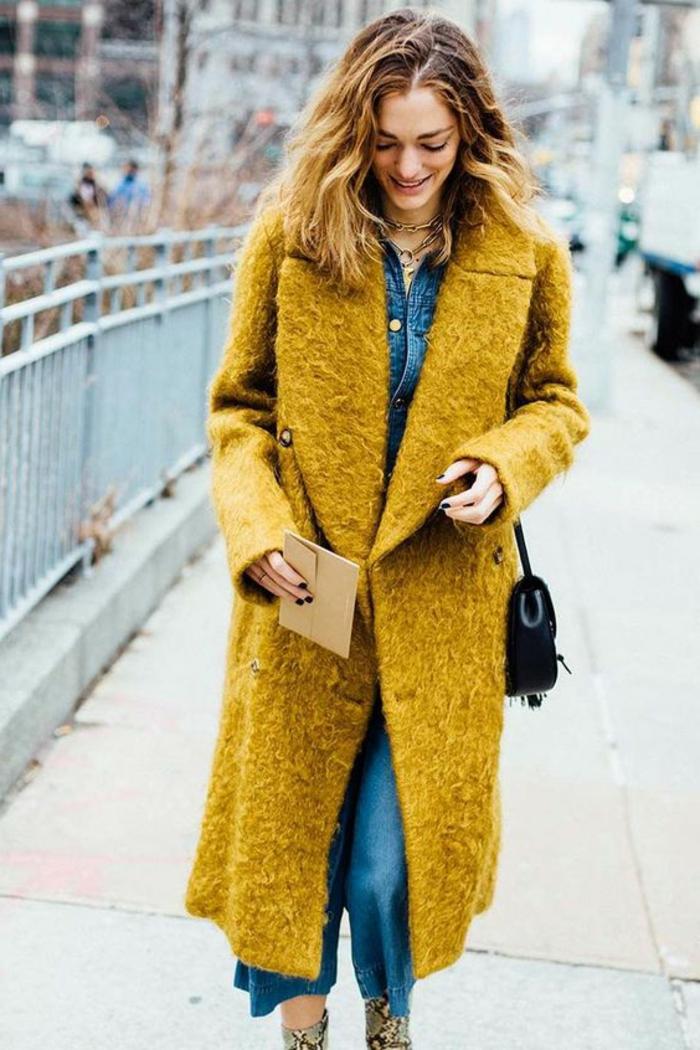 manteau femme couleur moutarde, petit sac noir, combinaison femme denim, colliers