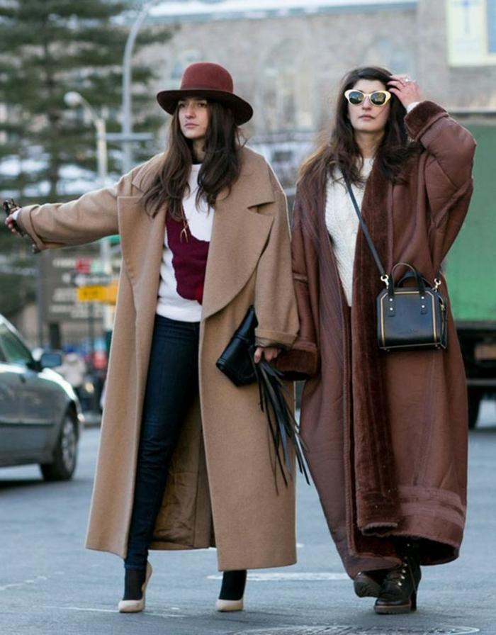 manteaux longs en beige et marron, chapeau en feutre, lunettes oversize, blouse blanche