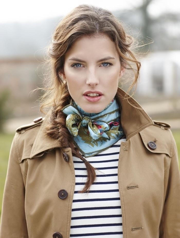 comment attacher un foulard, coiffure aux cheveux attachés en tresse de côté, modèle foulard en soie vert et bleu