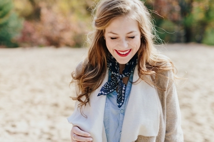 idée comment porter le foulard tendance femme, modèle de foulard foncé combiné avec chemise en jeans et manteau beige