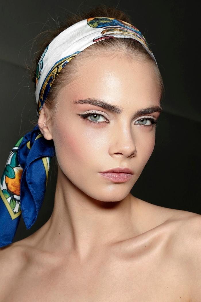 mettre un foulard carré sur cheveux, idée coiffure avec accessoire, cheveux attachés en queue de cheval avec foulard