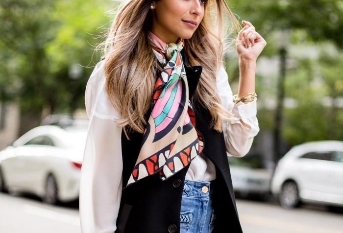 idée comment mettre un foulard autour du cou, look élégant en jeans clairs et chemise blanche avec gilet sans manches