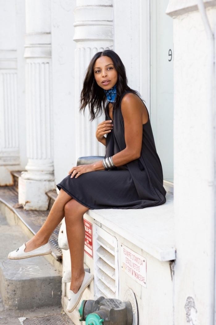 modèle de robe noire mi-longue portée avec paire de chaussures plates en blanc, idée accessoire cou avec foulard soie bleu