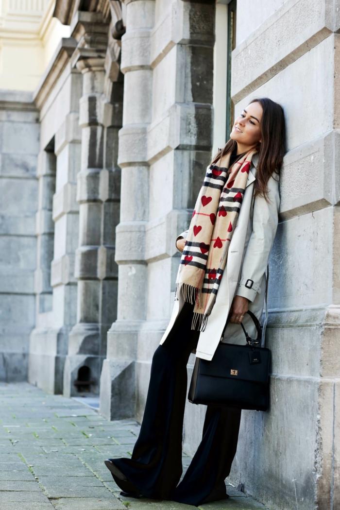 foulard beige aux coeurs et aux rayures, manteau gris, pantalon noir, sac bleu, pantalon noir évasé