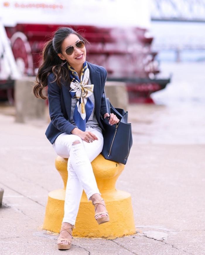comment bien s'habiller, exemple comment attacher un foulard autour du cou, look casual smart en pantalon déchiré et blazer