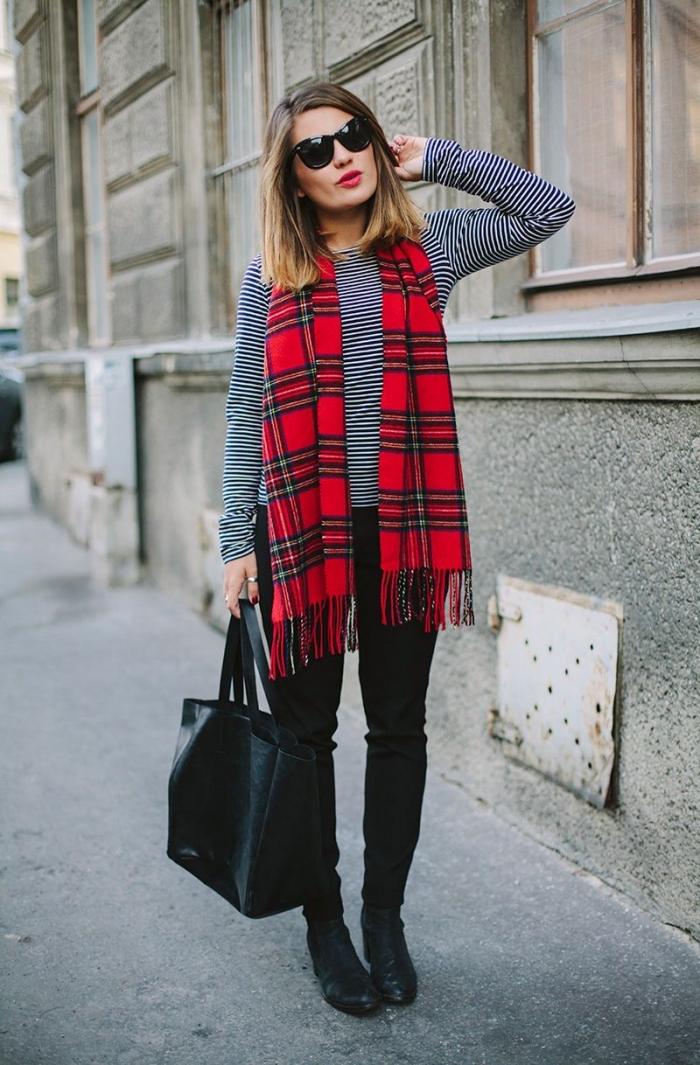 exemple de grosse echarpe femme en rouge à design carreaux avec frange, idée look stylé en pantalon noir slim