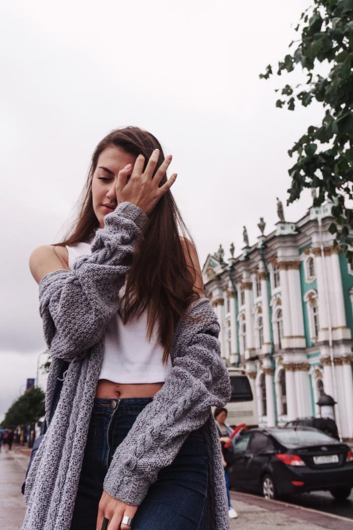 Pull oversize femme vetement hippie tenue boheme chic hiver look magnifique, belle fille gilet grosse maille et jean slim