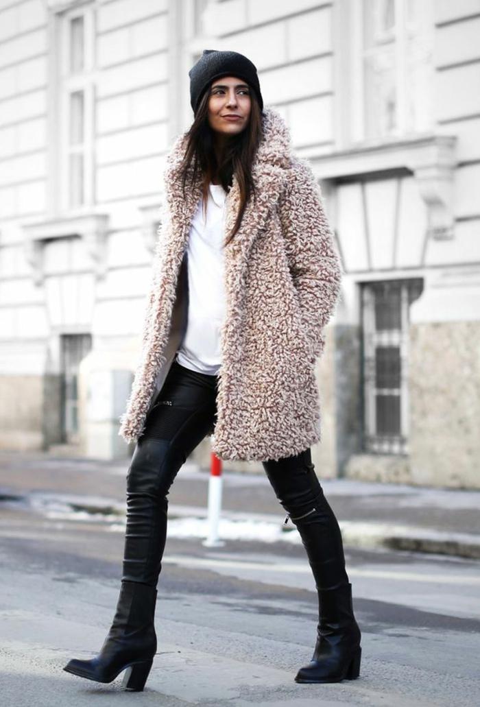 manteau poilu rose cendré, jeans zippés, bottes noires, bonnet femme noir, shirt blanc