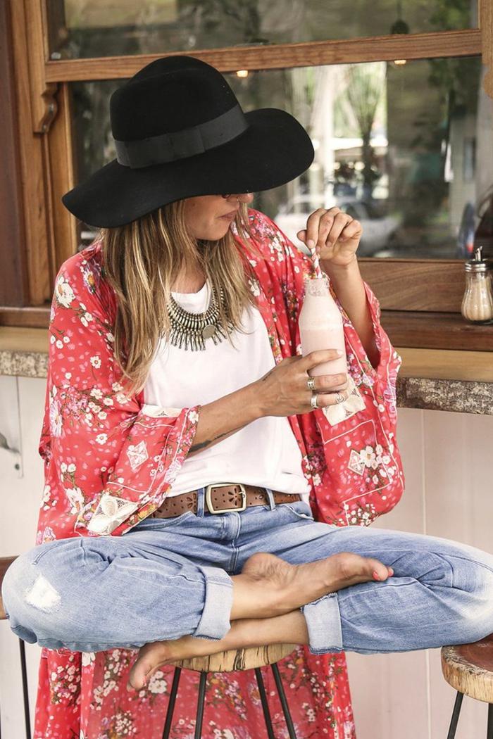 Kimono bohème chic, jupe boheme associée avec un top oversize, femme blogueuse photo de vacances impeccable