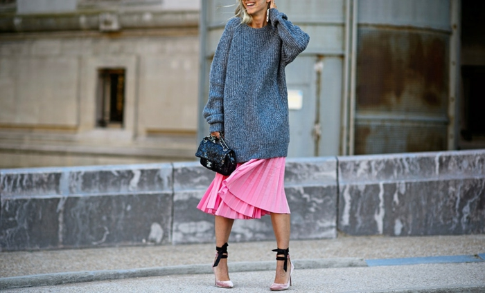 Jupe boheme rose, sandales à talon, idée de tenue décontractée chic avec une jupe et pull, le style bohème chic pour femme moderne