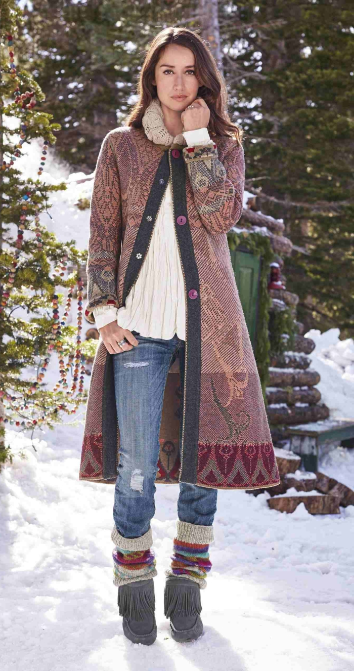 Tenue hippie chic, comment porter la jupe en hiver jupe et pull look négligée, manteau d'hiver, pull et jean