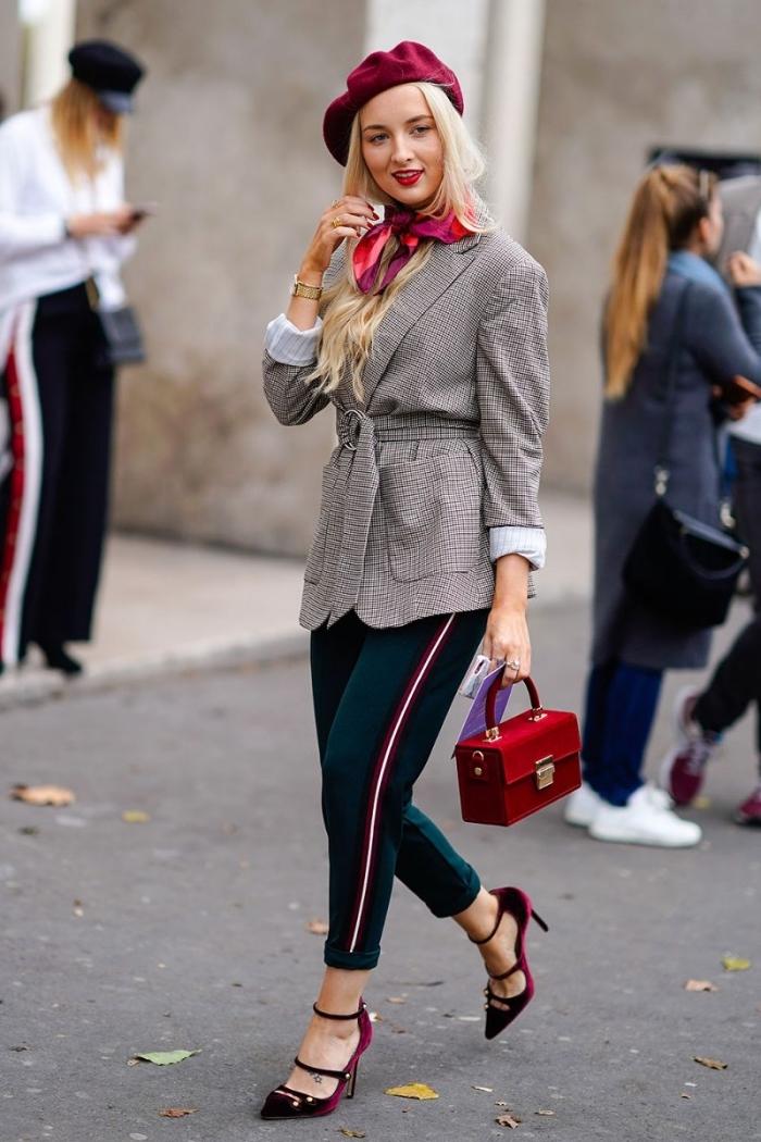 comment bien s'habiller femme, nouer une écharpe ou un foulard autour du cou, attacher un foulard rouge facile