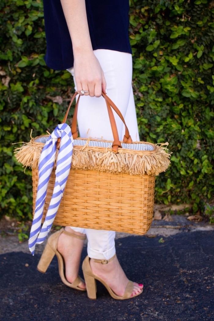 exemple comment mettre une echarpe ou un foulard sur son sac à main, modèle de sac à main paille aux poignées marron