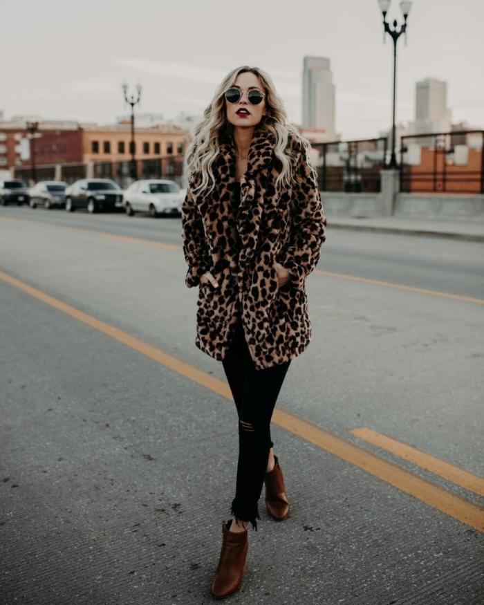 manteau imprimé léopard, pantalon noir, bottes cognac, femme aux cheveux blonds, lunettes ronds